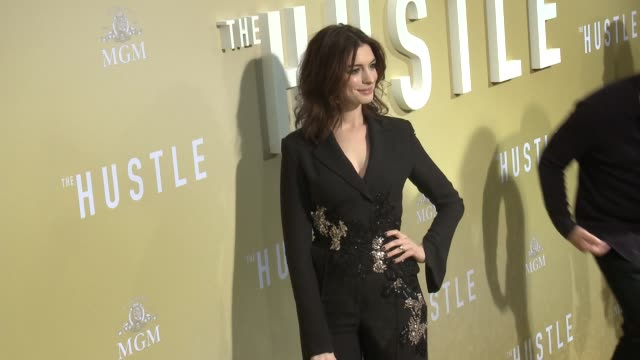 """vidéos et rushes de anne hathaway at the """"the hustle"""" world premiere at arclight cinerama dome on may 08, 2019 in hollywood, california. - cinerama dome hollywood"""