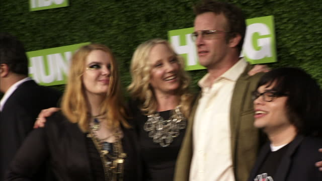 anne heche and thomas jane greets sianoa smit-mcphee and charlie saxton, then pose for paparazzi on the green carpet : pan of feet; heche & jane. - anne heche stock videos & royalty-free footage