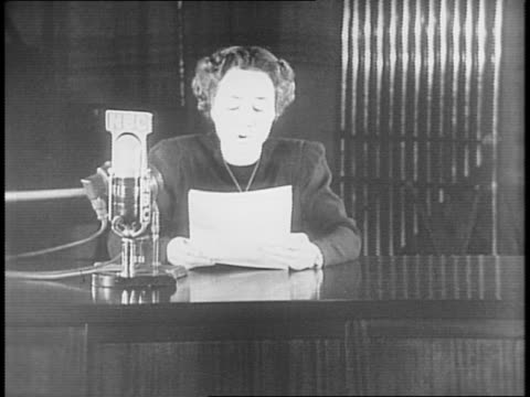 anne morrow lindbergh sits at a desk reading a speech about starving europeans / she refers to the help given by the quakers and the friends service... - 1941年点の映像素材/bロール