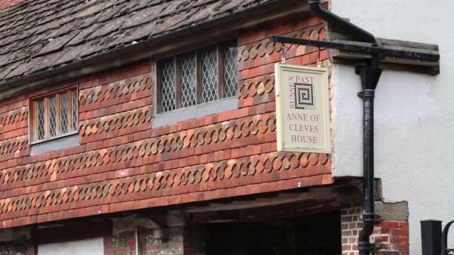 vídeos de stock, filmes e b-roll de anne of cleves house is a 15th century timber-framed wealden hall house on southover high street, lewes, east sussex. the building formed part of the... - high street