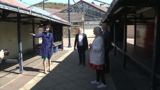 anneliese dodds visit to dewsbury; england: west yorkshire: kirklees: dewsbury: int anneliese dodds mp and local labour politicians shabir pandor ,... - politics stock-videos und b-roll-filmmaterial