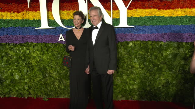 vídeos y material grabado en eventos de stock de annette bening and warren beatty at the 73rd annual tony awards arrivals at radio city music hall on june 09 2019 in new york city - premios tony