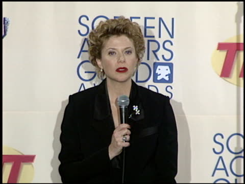 annette bening at the 2000 screen actors guild sag awards press room at the shrine auditorium in los angeles california on march 12 2000 - screen actors guild awards sag video stock e b–roll