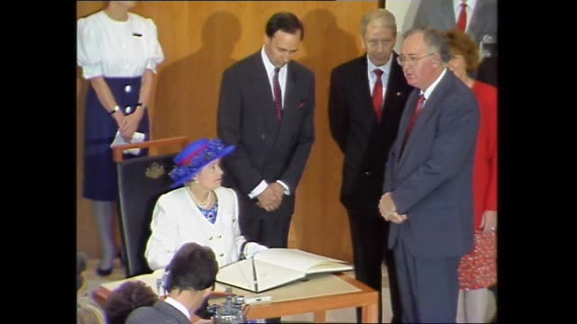 vídeos de stock, filmes e b-roll de annita keating and prince philip greet guests / queen and paul keating enter the room / various shots of queen elizabeth ii signing the visitors' book - primeiro ministro