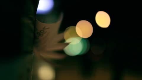 stockvideo's en b-roll-footage met aankondiging op pole, verkeerslichten, nacht - rubriekadvertentie