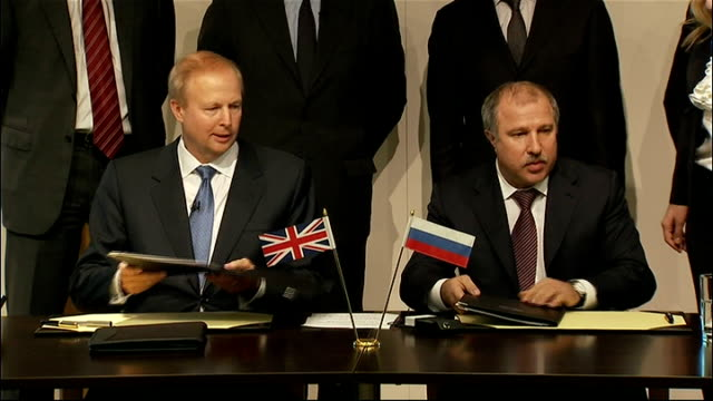 BP Announces deal with Russian Government owned oil compnay ENGLAND London PHOTOGRAPHY *** BP chief executive Bob Dudley and Rosneft chief executive...