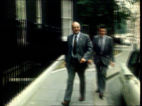 vídeos y material grabado en eventos de stock de announces radical reform of its structure; tx 1.9.76 england: london: downing street: ext union leader walking towards along pavement and past... - number 9
