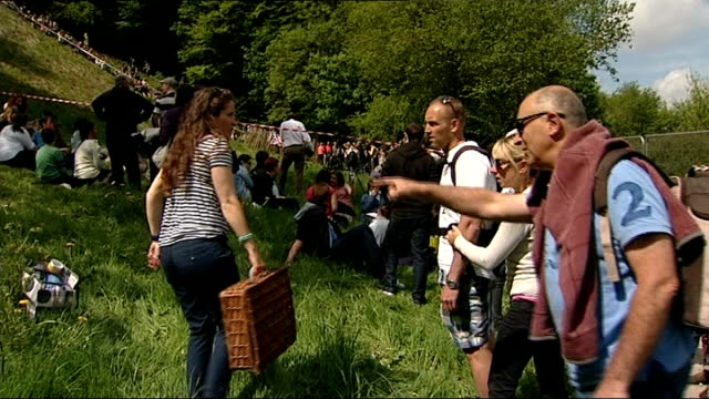 stockvideo's en b-roll-footage met annual cheese rolling event in gloucestershire; england: gloucester: brockworth: cooper's hill: ext 'road closed' sign / police officers, police car... - bord weg afgesloten