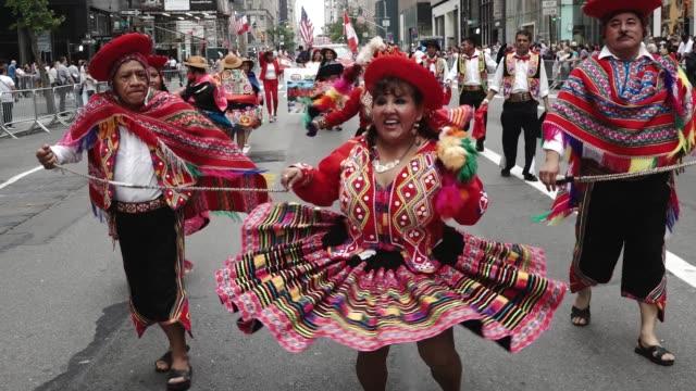 vidéos et rushes de annual hispanic day parade on fifth avenue in manhattan new york city usa - latin american culture