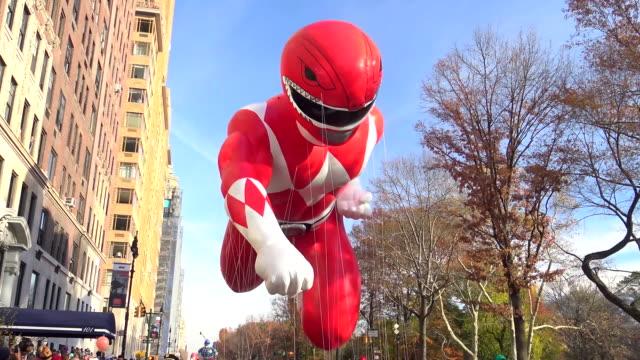 annual macy's thanksgiving day parade via manhattan, new york city, usa / red mighty morphin power ranger - 公園保安官点の映像素材/bロール