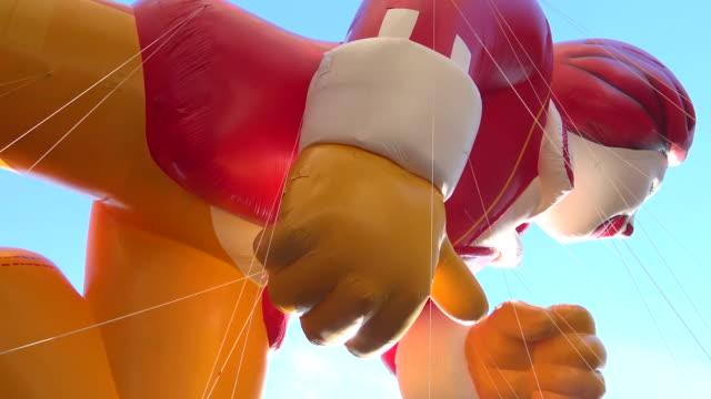 vídeos y material grabado en eventos de stock de annual macy's thanksgiving day parade via manhattan, new york city, usa - globo de helio