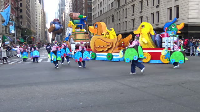 annual macy's thanksgiving day parade via manhattan new york city usa / homewood suites hilton float - festwagen stock-videos und b-roll-filmmaterial
