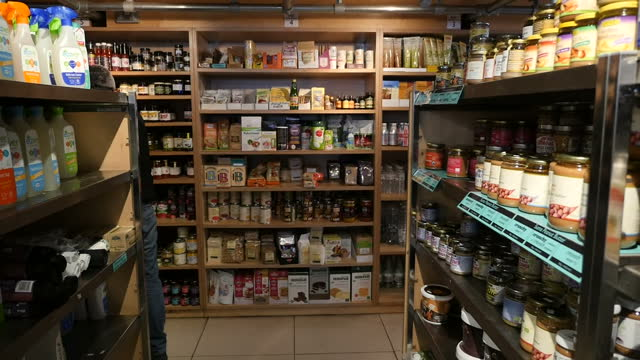 anon interior shots of earth natural foods health food shop, organic chocolate bar on shelf, earth friendly cleaning products, stain removers and... - kentish town bildbanksvideor och videomaterial från bakom kulisserna