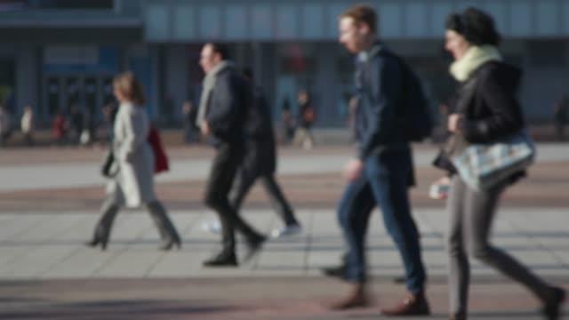 anonyme foule, people walking - zona pedonale strada transitabile video stock e b–roll