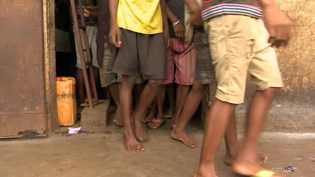 anonymous children walk outside in antalaha prison imprisoned for vanilla theft crimes in sava region madagascar - madagaskar stock-videos und b-roll-filmmaterial