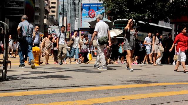 Multitud anónima de la calle de la ciudad de la travesía del pueblo