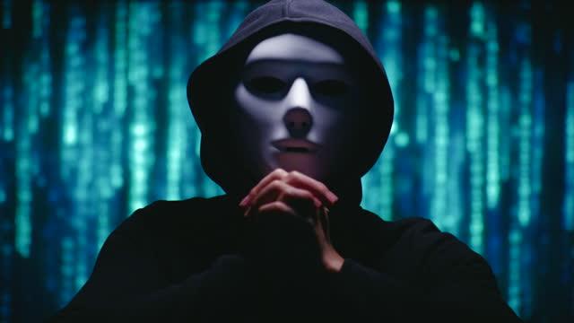 匿名の脅迫とカメラに目を向ける - 犯罪者点の映像素材/bロール