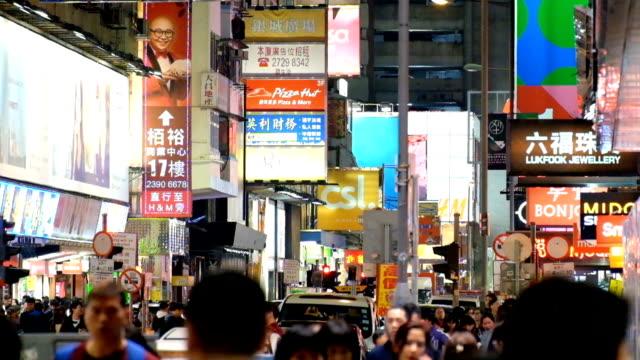 匿名観光群衆のダウンタウンの商店街を歩く - 広告看板点の映像素材/bロール