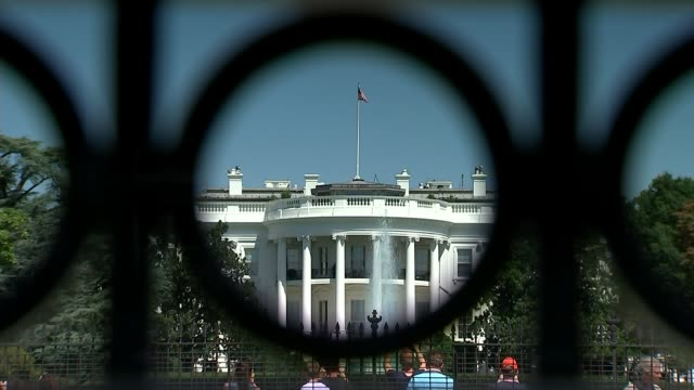 stockvideo's en b-roll-footage met anonymous white house official writes oped criticising donald trump in the new york times usa washington dc ext the white house pull wide shot of the... - witte huis washington dc