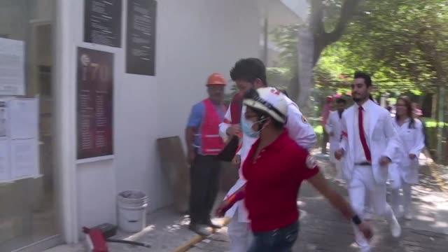 vídeos de stock, filmes e b-roll de a 31 anos del terremoto de 81 grados que devasto la ciudad de mexico se realizo el megasimulacro anual con el que millones de capitalinos conmemoran... - evento anual