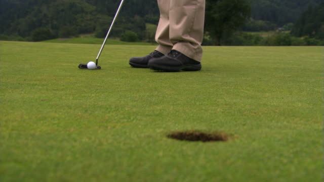 another successful putt, no pin - andere clips dieser aufnahmen anzeigen 1271 stock-videos und b-roll-filmmaterial