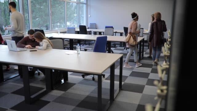 オフィスでの別の営業日 - ハンドバッグ点の映像素材/bロール