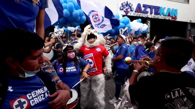 ans of cruz azul cheer on the arrival of the bus of cruz azul prior the final second leg match between cruz azul and santos laguna as part of the... - azul stock-videos und b-roll-filmmaterial