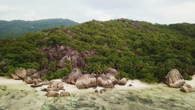 vidéos et rushes de anse source d'argent beach la digue island seychelles 4k aerial video - boulder rock