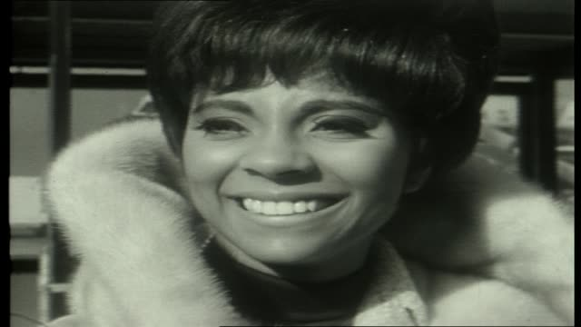ansett ana plane taxies / fans at airport terminal / american singer and actor leslie uggams down plane steps / cutaway air hostess wearing dark... - シンガーソングライター点の映像素材/bロール