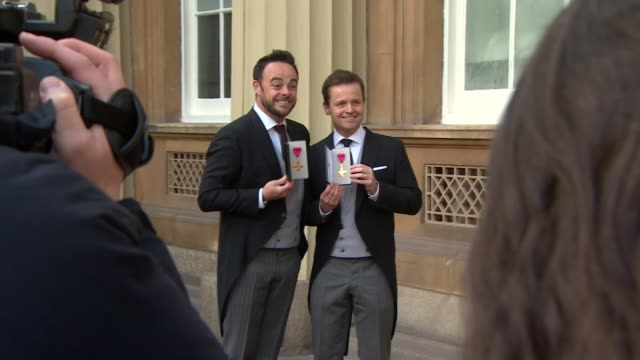 stockvideo's en b-roll-footage met london buckingham palace ext ant and dec photocall holding up obe medals/ ant and dec interview sot - ant mcpartlin