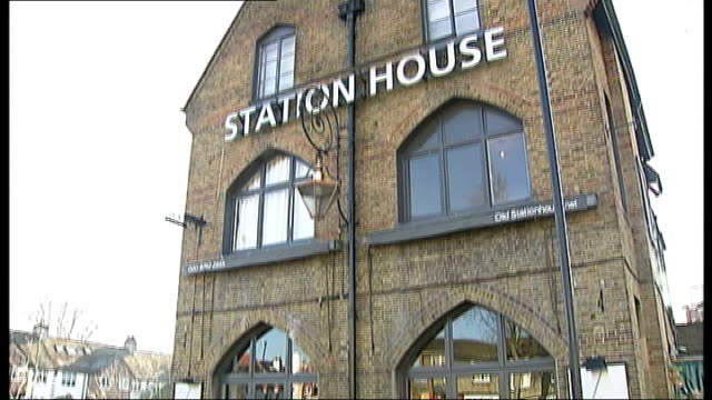 stockvideo's en b-roll-footage met ant mcpartlin assaulted in west london pub england london chiswick exterior of the old station house pub with dining tables and chairs seen through... - ant mcpartlin