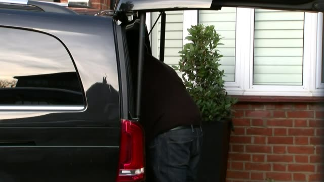 vídeos de stock e filmes b-roll de ant mcpartlin charged with drink driving; london: suitcase loaded into back of car ant mcpartlin from house and into car car along - ant mcpartlin