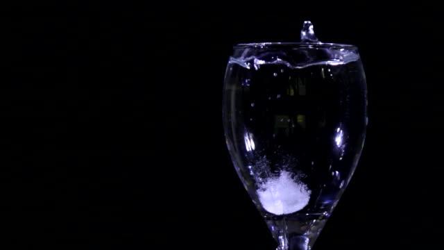 antazida tablette schmelze in glas wasser - weitere themen stock-videos und b-roll-filmmaterial