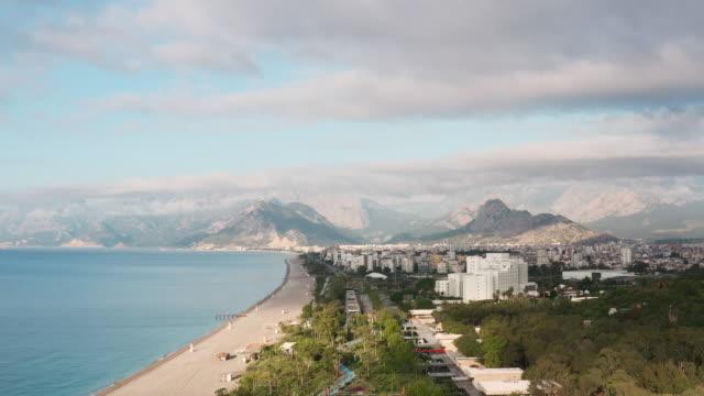 antalya konyaalti beach - cabina del guardaspiaggia video stock e b–roll
