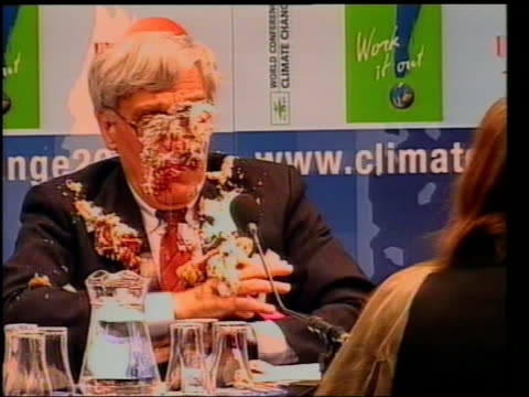 vídeos de stock, filmes e b-roll de antarctic ice sheet melting lib the hague lights in ceiling of conference room tilt down un climate summit cms frank loy speaking as woman protester... - pie humano
