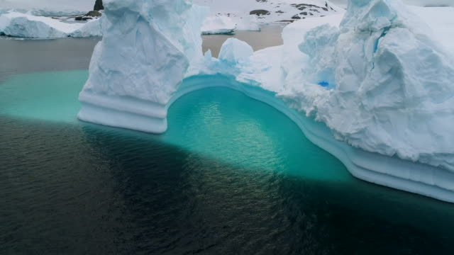 antarctic icebergs, aerial view - antarktis stock-videos und b-roll-filmmaterial