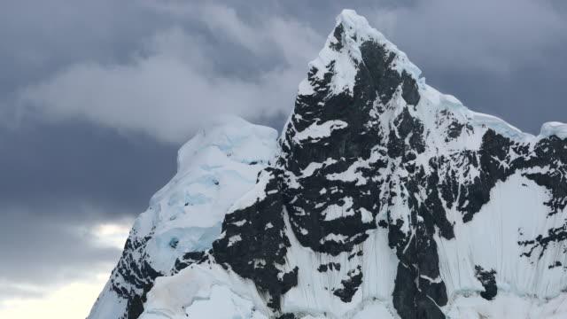 vídeos de stock e filmes b-roll de antarctic mountain peak - paredão rochoso