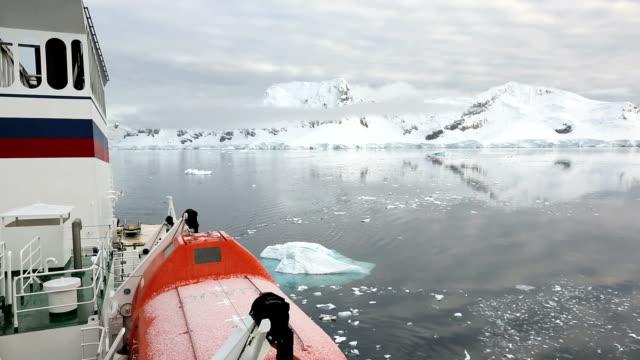 vídeos y material grabado en eventos de stock de antarctic transport ship and coast - bahía