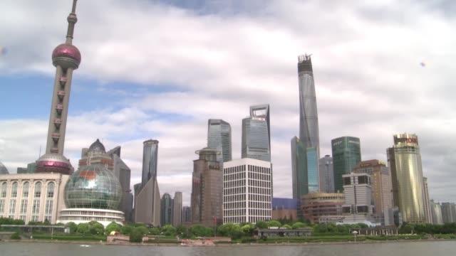 vídeos de stock e filmes b-roll de ante la desaceleracion de la economia china el banco central del pais decidio este martes devaluar el yuan, que cayo casi un 2% frente al dolar - devaluation