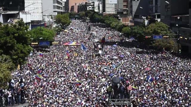 ante una multitud el presidente interino de venezuela reconocido por media centena de paises juan guaido anuncio el martes que el 23 de febrero... - multitud stock videos & royalty-free footage
