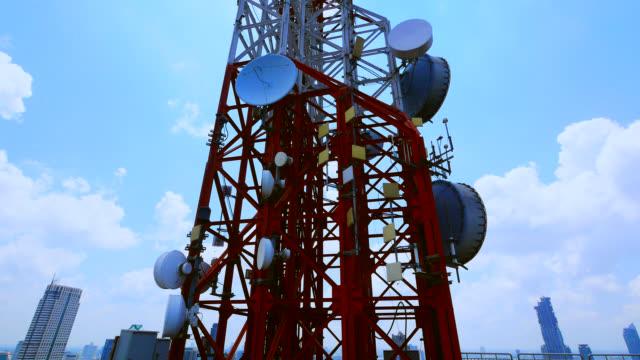 torre di comunicazione antenna e cielo blu - attrezzatura per le telecomunicazioni video stock e b–roll