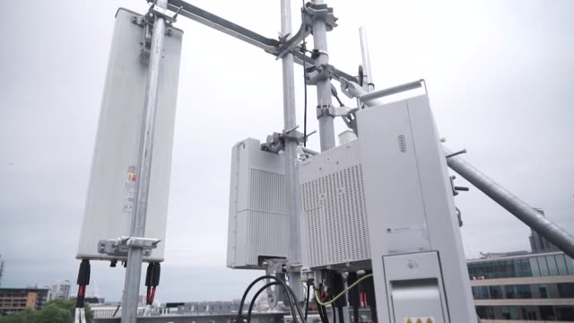 vidéos et rushes de 5g antenna huawei on roof in central london - antennes