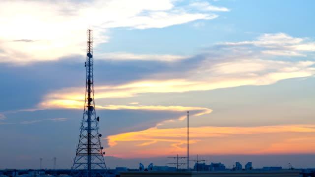 vídeos y material grabado en eventos de stock de antena de comunicación edificio - torres de telecomunicaciones
