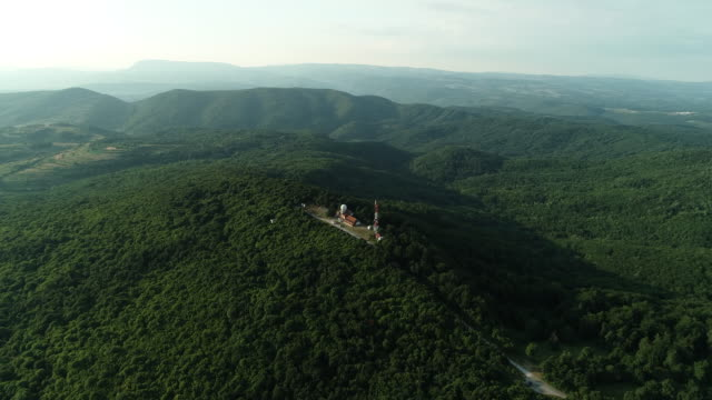 vidéos et rushes de antenna sur le sommet de montagne - équipement de télécommunication