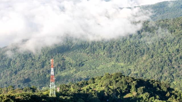 vídeos de stock, filmes e b-roll de polo de antena na montanha com a névoa da manhã, timelapse. - equipamento elétrico equipamento industrial