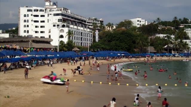 Antes popular por sus playas paradisiacas ahora Acapulco es conocida como la ciudad con el mayor indice de homicidios de todo Mexico ahuyentando de...