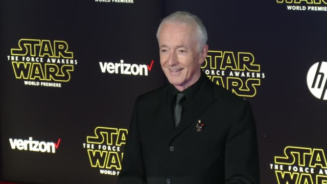 """anthony daniels at the """"star wars: the force awakens"""" world premiere at tcl chinese theatre on december 14, 2015 in hollywood, california. - teatro cinese tcl video stock e b–roll"""