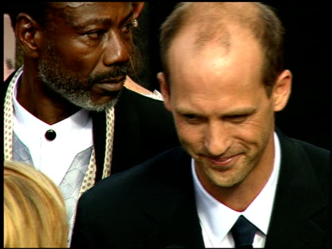 vídeos y material grabado en eventos de stock de anthony edwards at the 1997 emmy awards arrivals at the pasadena civic auditorium in pasadena, california on september 14, 1997. - auditorio cívico de pasadena
