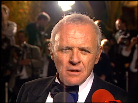 vídeos y material grabado en eventos de stock de anthony hopkins at the 1999 academy awards vanity fair party at morton's in west hollywood california on march 21 1999 - 71ª ceremonia de entrega de los óscars