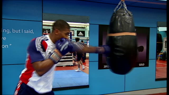 stockvideo's en b-roll-footage met anthony joshua makes professional debut; t22061244 joshua hitting punch bag in gym - vrijetijdsfaciliteiten